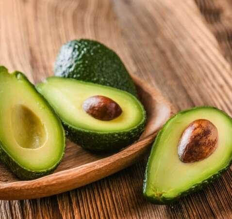 Alternative fresche alla plastica usa e getta: ecopiatti di semi di avocado, bicchieri di fibra di mele e cucchiai commestibili